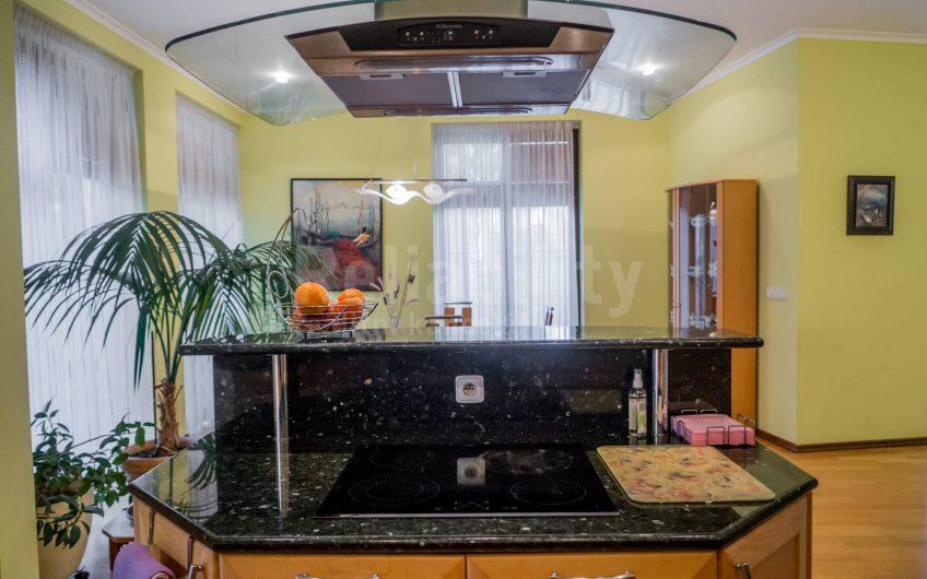 Prodej rodinného domu 800 m2, pozemek 7.568 m2